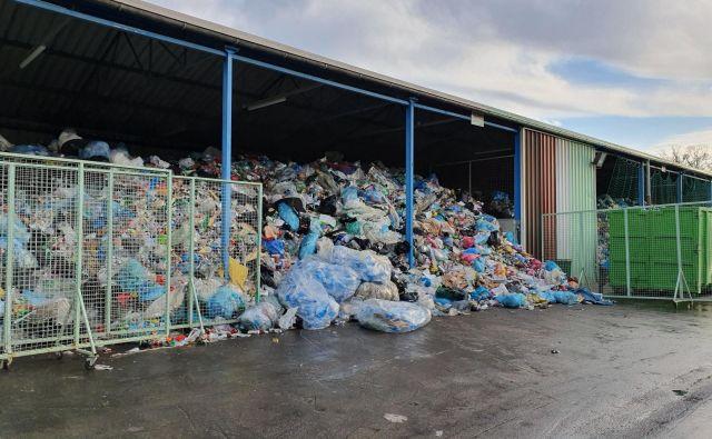 Odpadna embalaža zaseda prostore za druge odpadke. FOTO: Jkp Slovenske Konjice