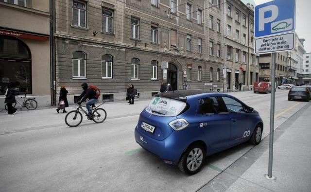 V Ljubljani je 34 parkirišč na javnih površinah, kjer uporabniki lahko parkirajo električna vozila iz sistema Avan2go. FOTO: Blaž Samec/Delo