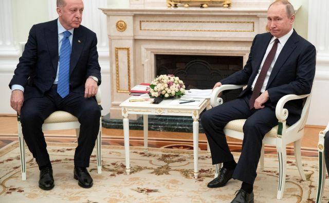 »Nočem, da bi se zaradi Idliba poslabšali odnosi med državama,« je ruski predsednik Vladimir Putin zagotovil svojemu turškemu kolegu Recepu Tayipu Erdoğanu. FOTO: Reuters