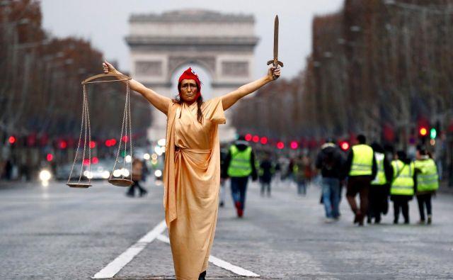 V Franciji na valu feminističnega gibanja počasi vendarle padajo še pred kratkim vsemogočni mačisti. FOTO: Reuters