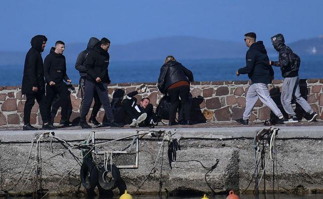 Otočani so napadli fotografa in novinarja Michaela Trammerja. FOTO: AFP