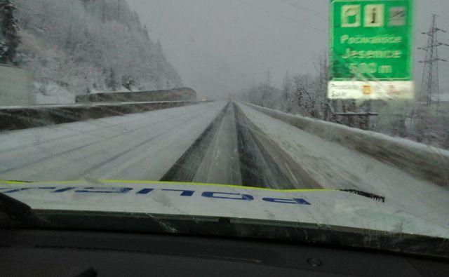 Sneg se marsikje oprijema cestišča. FOTO: Policija