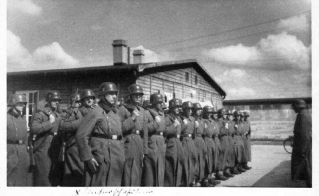 Postroj nacističnih paznikov v času delovanja taborišča Neuengamme. Foto Holocaustresearchproject.urg