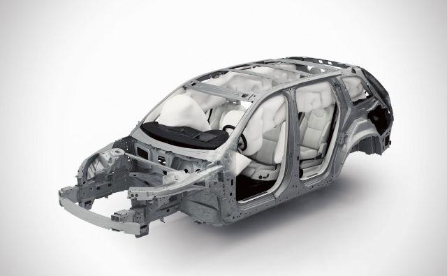 Tehnologija zračnih blazin v novem volvu XC 90 vključuje prednje zračne blazine za voznika in sovoznika, kolenske zračne blazine za voznika, stranske varnostne blazine na prednjih sedežih in napihljive zavese (IC), ki pokrivajo vse sedežne vrstice. FOTO: Volvo