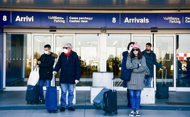 Na letališčih je zaradi koronavirusa manj potniškega prometa, potniki pa večinoma nosijo tudi zaščitne maske. FOTO: AFP