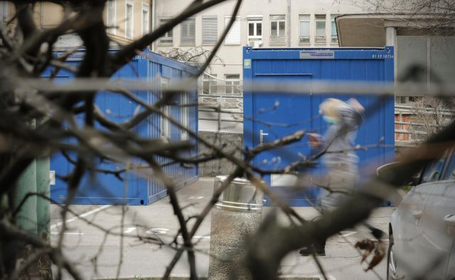 Sprejemni zabojniki pred Infekcijsko kliniko v Ljubljani. FOTO: Uroš Hočevar/Delo