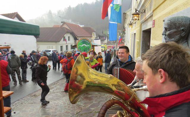 Pohodnike so pred mestno hišo v Višnji Gori že zarana vzpodbujali takti domačih godcev. FOTO: Bojan Rajšek/Delo