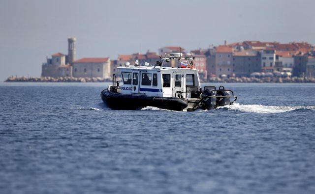 Čoln slovenske policije v Piranskem zalivu. FOTO: Matej Družnik/Delo