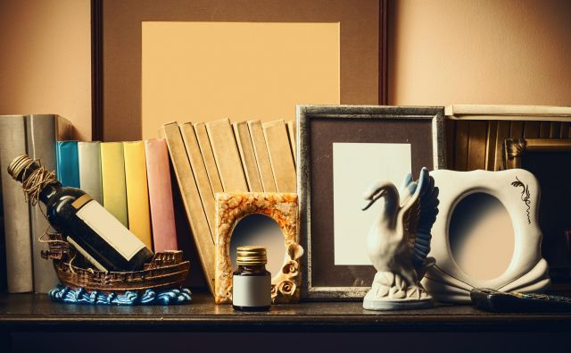 Old shelf With books, souvenirs and empty photo frames. Foto Dejankrsmanovic Getty Images/istockphoto
