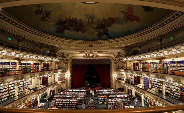 Knjigarna Ateneo Grand Splendid v Buenos Airesu je v predelani notranjosti nekdanjega gledališča. Foto Reuters
