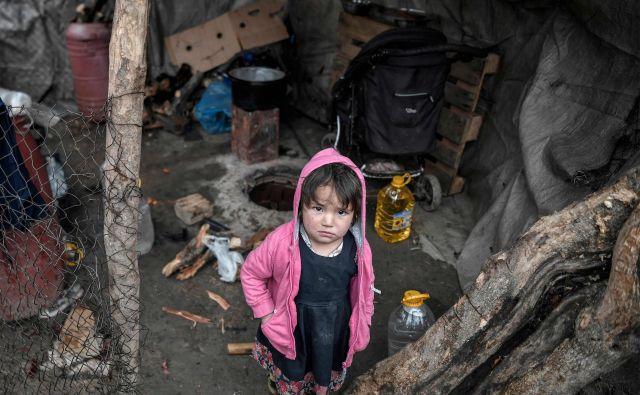 Begunski otrok v prenapolnjenem taborišču na Lezbosu. FOTO: Louisa Gouliamaki/AFP