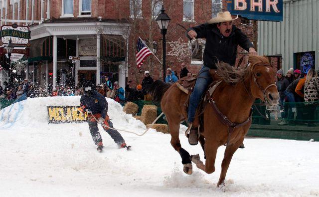 V Leadvilleu v Koloradu je letos ponovno potekalo nenavadno zimsko tekmovanje skijoring, ki izvira iz Skandinavije. Ekipo sestavljata jezdec in smučar, ki se mora izkazati v skokih, slalomu in nabadanju obročev s smučarsko palico. FOTO: Jason Connolly/Afp