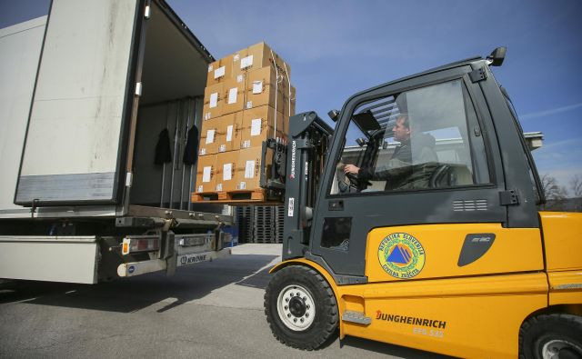 V paketih za Grčijo je 9000 odej, 1500 parov gumijastih škornjev, 500 spalnih vreč in 30.000 pelerin za enkratno uporabo. FOTO: Jože Suhadolnik/Delo