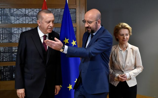 Predsednik evropskega sveta Charles Michel (sredina), turški predsednikRecep Tayyip Erdoğan (levo) in predsednica evropske komisije Ursula von der Leyen so se danes sestali v Bruslju. FOTO: Reuters