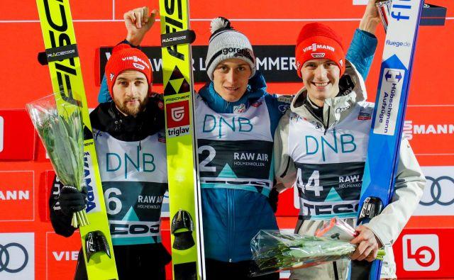 Peter Prevc ni skrival zadovoljstva po včerajšnji zmagi v Lillehammerju. Na odru za najboljše sta mu družbo delala Nemca – drugouvrščeni Markus Eisenbichler (levo) in tretjeuvrščeni Stephan Leyhe (desno). FOTO: Reuters