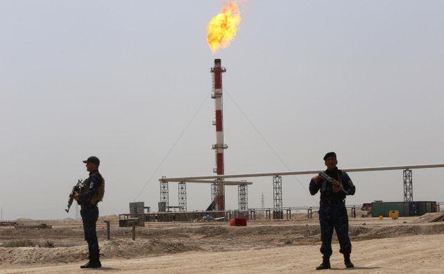 Največji zdrs cen nafte je povzročila vojna za naftna polja v Kuvajtu leta 1991. Drugega je sprožila vojna za tržne deleže med Rusijo in Savdsko Arabijo. FOTO: Reuters