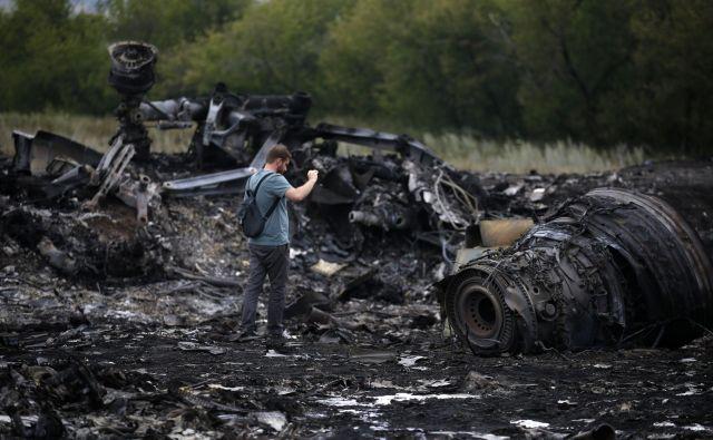 Kraj blizu naselja Grabovo v vzhodni Ukrajini, kjer je sestreljeno letalo boeing 777 17. julija 2014 treščilo na tla. FOTO: Maxim Zmeyev/Reuters