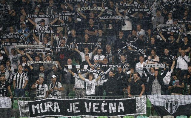 Zadnja nogometna tekma med Olimpijo in Muro je pritegnila v Stožice 2500 navijačev. FOTO: Mavric Pivk