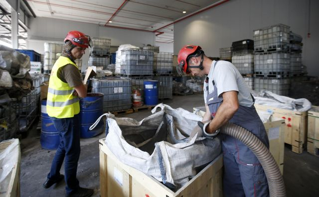 Inšpektorji zahtevajo rušenje glavne stavbe. FOTO: Matej Družnik/Delo