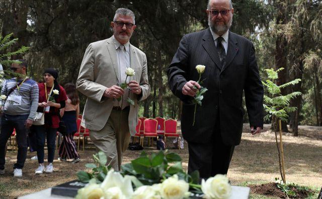 V nedeljo so svojci umrlih prišli na žalno slovesnost ob obletnici nesreče pred francosko ambasado v Adis Abebi. FOTO: Tiksa Negeri/ Reuters