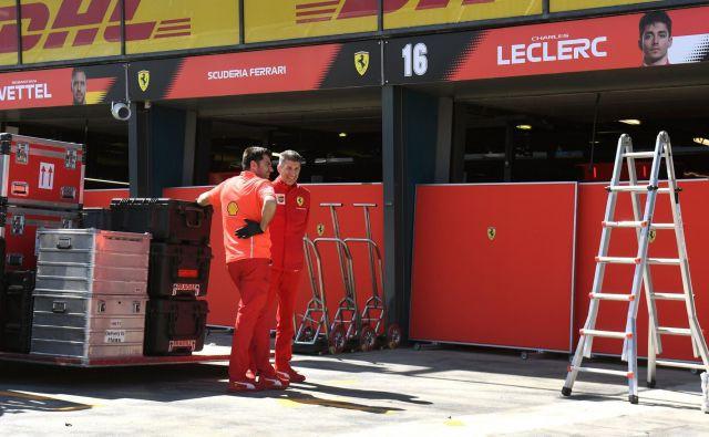 Ferrarijeva ekipa je pravočasno prispela v Albert Park. FOTO: AFP