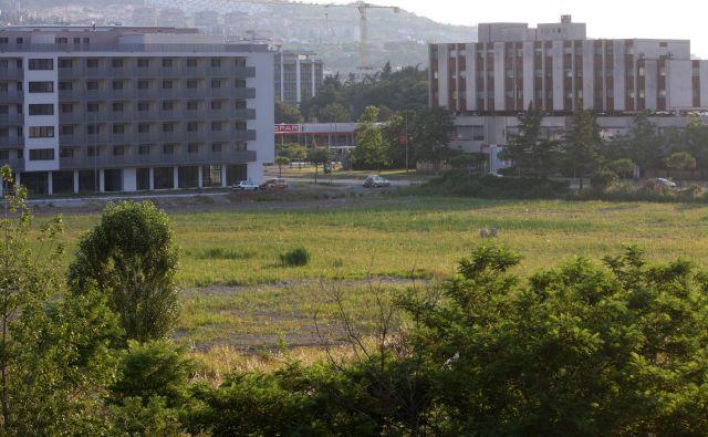 Koprsko zemljišče, na katerem je bila načrtovana soseska Toncity. Foto Boris Šuligoj/Delo