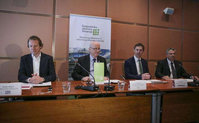 Predstavniki slovenskega gradbeništva zahtevajo spremembe v javnem naročanju; z leve Kristjan Mugerli (Kolektor CPG), Jože Renar (GZS), Boris Sapač (Pomgrad) in Edo Škufca (CGP). FOTO: Jože Suhadolnik/Delo