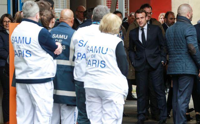 Francoski predsednik Emmanuel Macron je obiskal klicni center v bolnišniciNecker. FOTO: Reuters