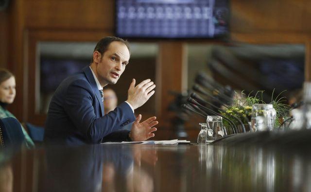 Anže Logar med zaslišanjem na odboru za zunanjo politiko. FOTO: Leon Vidic/Delo