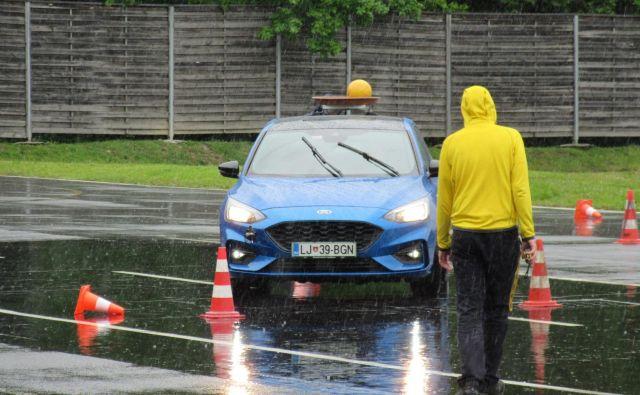 Finale letošnjega tekmovanja bo 12. maja v Centru varne vožnje AMZS na Vranskem. Lani so morali tekmovalci med drugim voziti tudi z žogo na strehi. FOTO: Špela Kuralt/Delo
