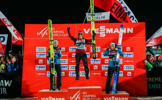 Slovenska smučarska skakalca Žiga Jelar (levo) in Timi Zajc (desno) sta morala na današnji tekmi v Lillehammerju premoč priznati zgolj poljskemu šampionu Kamilu Stochu. FOTO: AFP
