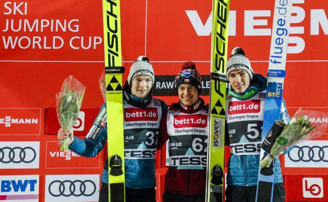 Žiga Jelar (levo) in Timi Zajc (desno) sta včeraj v Lillehammerju zaostala le za poljskim asom Kamilom Stochom. FOTO: AFP
