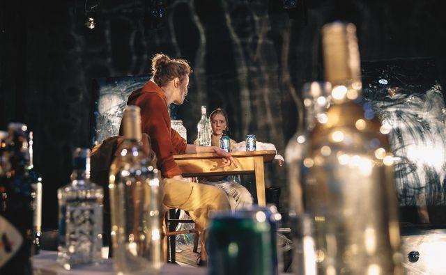 Vlogi sester igrata Ajda Smrekar in Lena Hribar. Foto Peter Giodani