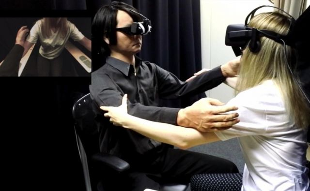 Maša Jazbec in Išigurov androidski dvojnik Gemenoid HI. FOTO: osebni arhiv Maše Jazbec