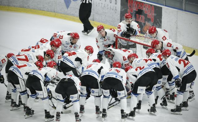 Jeseniški hokejisti bodo tako kot njihovi tekmeci iz Ljubljane počakali na odločitev predsedstva HZS. FOTO: Uroš Hočevar