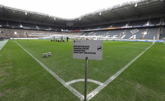 Tudi tekme nemške bundeslige bodo igrali pred praznimi tribunami, kot so te v Mönchengladbachu. FOTO: Reuters