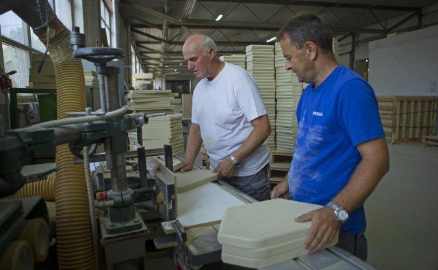 Cerkniško podjetje Mineralka v Italijo normalno izvaža negorljive plošče in izdelke približno sto kupcem, fizične sestanke pa so prestavili v prihodnost. FOTO: Jože Suhadolnik