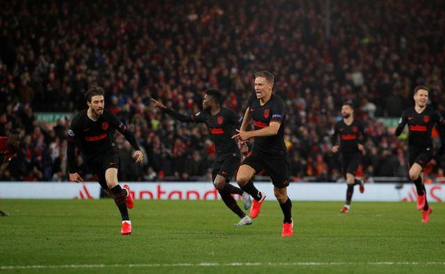 Junak Atletica je postal rezervist Marcos Llorente, ki je zabil dva gola Liverpoolu. Takole se je veselil s soigralci. FOTO: Reuters