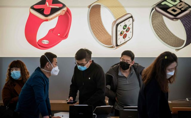Čeprav nevarnosti koranavirusa še ni povsem konec, Apple spet odpira svoje prodajalne na Kitajskem. FOTO: AFP