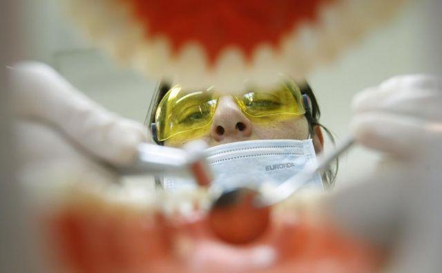 Zobozdravnik Rene Male je kritično situacijo vzel v svoje roke. (fotografija je simbolična). FOTO: Blaž Samec/Delo
