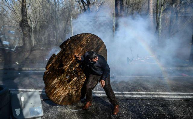 Begunci na meji so tarče nasilja policije in vojske. FOTO: Bulent Kilic/AFP