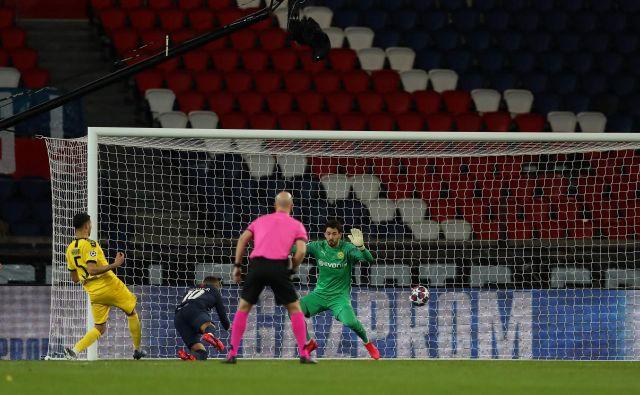 Prizor z nogometne tekme lige prvakov med Liverpoolom in Atleticom. Do nadaljnjega je to zadnja tekma pod Uefinim okriljem. FOTO: AFP