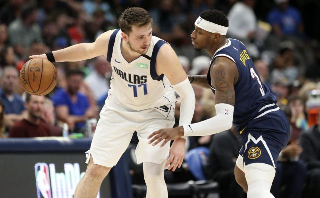 Mar 11, 2020; Dallas, Texas, USA; Dallas Mavericks guard Luka Doncic (77) dribbles as Denver Nuggets forward Torrey Craig (3) defends during the second half at American Airlines Center. Mandatory Credit: Kevin Jairaj-USA TODAY Sports Foto Kevin Jairaj Usa Today Sports