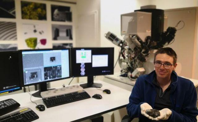 Ambrožič z drugim najdenim delom meteorita Novo mesto v laboratoriju Centra odličnosti nanoznanosti in nanotehnologije. FOTO: Bojan Ambrožič