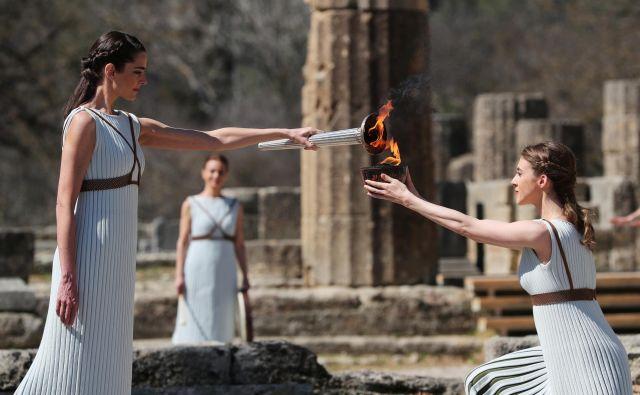 V antični Olimpiji so brez navzočnosti javnosti prižgali ogenj za poletneolimpijske igre v Tokiu. FOTO: Reuters