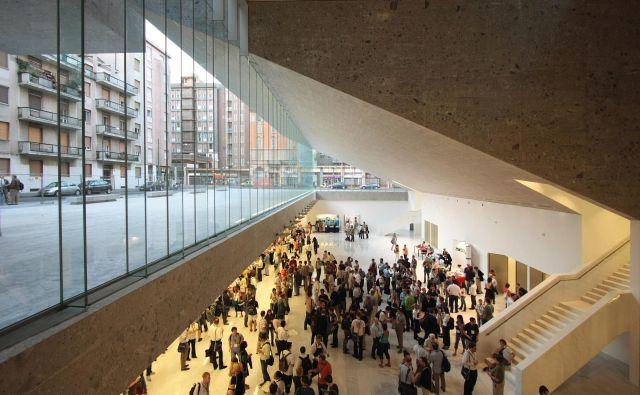 Arhitektki sta si univerzo Luigi Bocconi v Milanu zamislili kot kraj izmenjave, trg idej, kot veliko tržno halo, ki deluje kot filter med mestom in univerzo, in tako dopustili, da tudi mesto vstopa v univerzitetni svet. FotoAlexandre Soria/ arhiv Pritzkerjeve nagrade