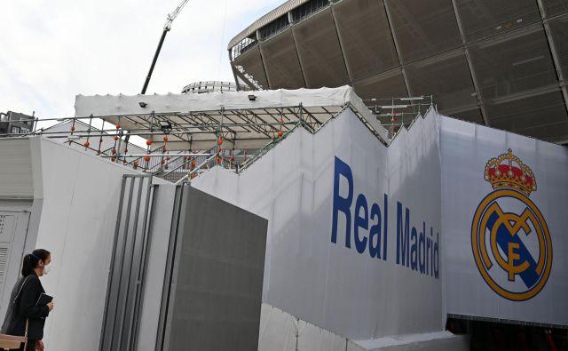 Štadion Santiago Bernabeu bo nekaj časa sameval, igralci Real Madrida so v karanteni. FOTO: AFP