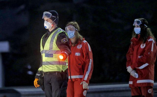 Policistom pomagajo tudi bolničarji Rdečega križa, ki so prostovoljci. Foto Blaž Samec