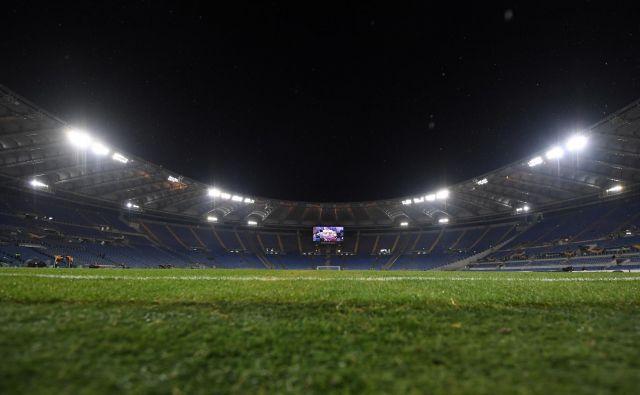 Prvo tekmo evropskega prvenstva bo gostil olimpijski štadion v Rimu. Odprto ostaja vprašanje, kdaj? Letošnji 12. junij, ko bi moral zaživeti euro 2020, se zdi preblizu zavoljo posledic koronavirusa, bolj verjeten je scenarij, po katerem bi bilo to leta 2021. FOTO: Reuters