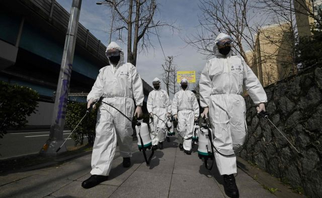 Danes smo priča novemu izzivu v zgodovini nalezljivih bolezni. FOTO: Jung Yeon-je/AFP